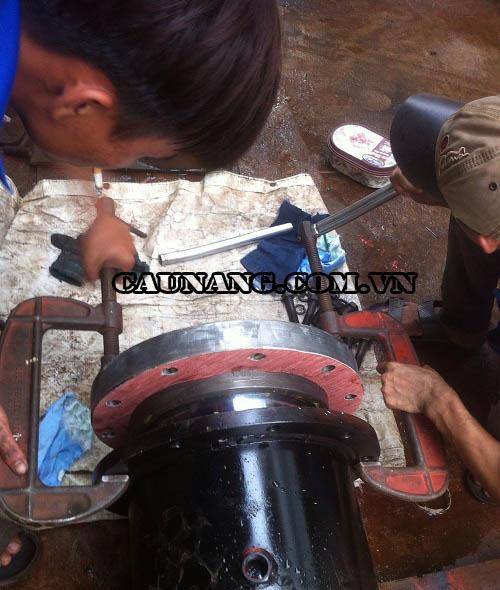 Thợ kỹ thuật Yên Phát lắp đặt ty ben cho cầu nâng
