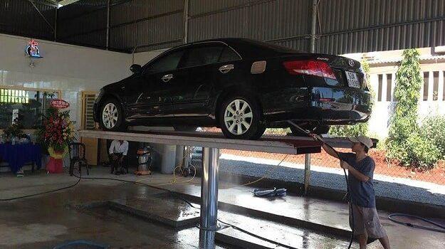 Sử dụng cầu nâng làm tăng hiệu quả vệ sinh gầm xe, lốp xe