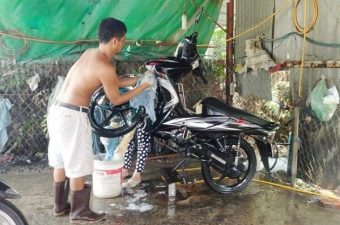Sử dụng cầu nâng 1 trụ hỗ trợ việc rửa xe máy